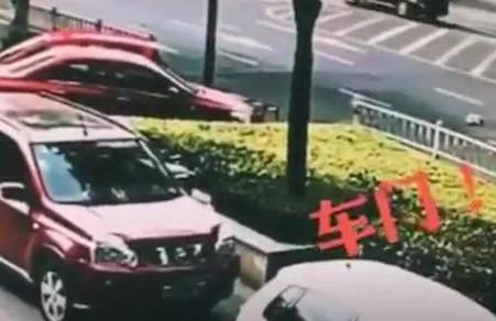 【安全】惊险!面包车急转弯居然甩出一名婴儿 父母却在……