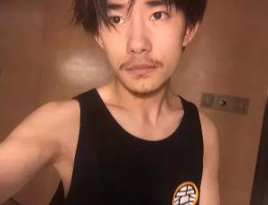 17岁的易烊千玺居然留起了胡子!看起来真的很……